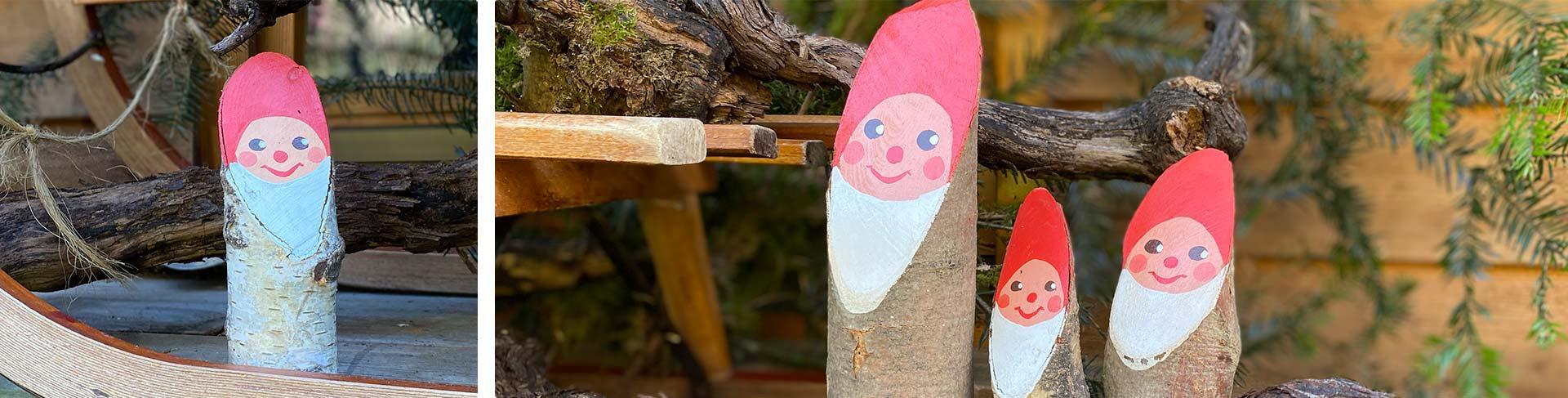 Weihnachtswichtel mit Schlitten an der Gartenhütte
